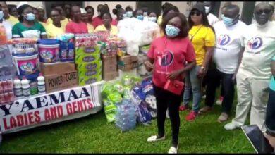 Photo of Akyem Oda MP's wife, Mrs Henrietta Acquah donates to needy children in Oda Gov't Hospital